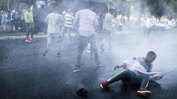 Tensione nel cuore di Roma. La polizia sgombera decine di migranti, bombole e sassi contro gli