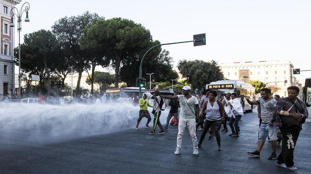 Tensioni tra le forze dell'ordine e gli immigrati accampati da giorni in piazza Indipendenza, al centro...