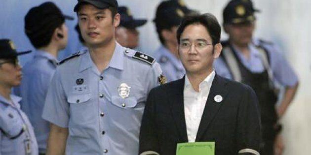 Condannato l'erede dell'impero Samsung: cinque anni a Lee Jae-yong per