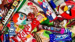 Cibi calorici e snack, addio alle confezioni colorate per combattere