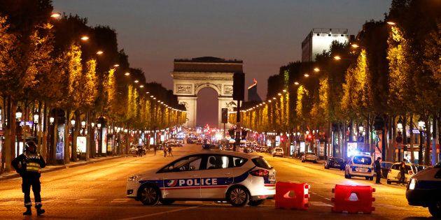 Attacco agli Champs-Elysees, fermati tre familiari dell'attentatore. Nell'auto trovati Corano, armi e...
