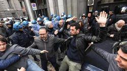 Salvini contestato a Napoli, scontri fra i ragazzi dei centri sociali e la