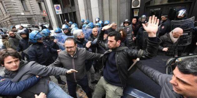 Matteo Salvini contestato a Napoli. Proteste e scontri fra ragazzi dei centri sociali e polizia. E lui...