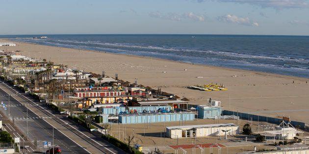 Violentata in spiaggia da quattro uomini a Rimini davanti al fidanzato. Poi il branco si accanisce contro...
