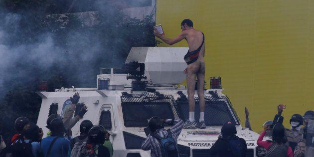 Contro la repressione di Caracas armato solo di una
