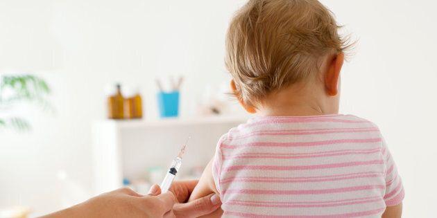 Vaccini, nessuna proroga. Ma per iscrivere il proprio figlio a scuola basta esibire la