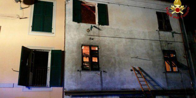 Famiglia intrappolata da un rogo a Genova si butta dalla finestra. Gravissimo il figlio di 7