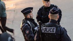 Panico a Parigi: uomo minaccia gendarmi con un coltello,