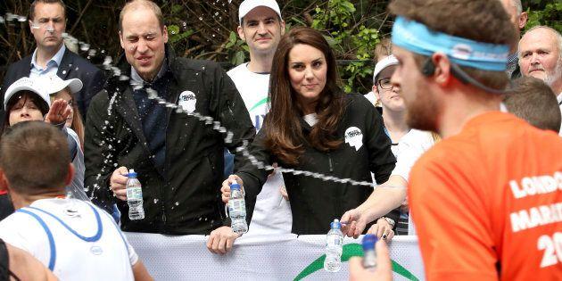 Principe William colpito da un gavettone alla maratona di