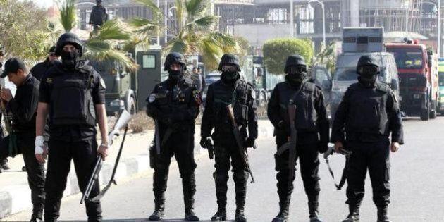 Cairo, bomba contro la polizia a un posto di blocco. Almeno 6