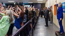 Questa foto con Hillary Clinton rispecchia perfettamente il narcisismo dei nostri