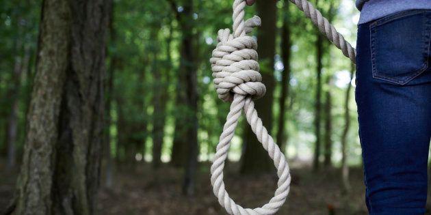 Tredicenne tenta il suicidio impiccandosi a un albero, i genitori se ne accorgono e le salvano la
