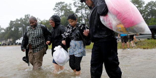 Harvey fa paura: decine di morti e la diga di Houston a rischio straripamento. Trump arriva in