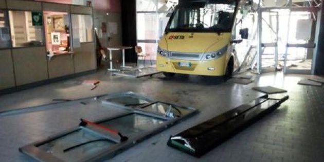 Fanno schiantare due bus rubati contro la loro scuola.