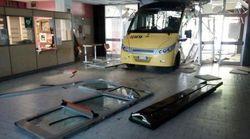 Fanno schiantare due bus contro la loro scuola
