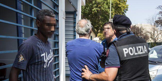 Tensione e scontri tra residenti e migranti di un centro accoglienza a Roma. Accoltellato un eritreo,...