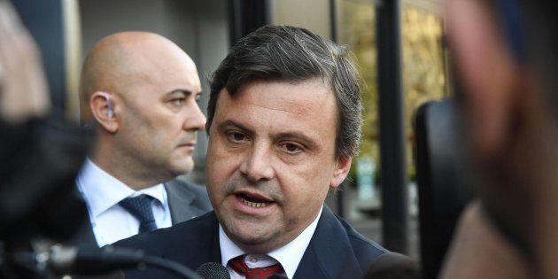 Il ministro Carlo Calenda attacca il management di Alitalia: