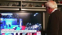 Questa foto di Sanders solo davanti alla tv per il duello Hillary-Trump è tutti