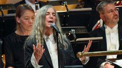 Patti Smith canta ai Nobel per Bob Dylan ma si emoziona e scorda le parole: