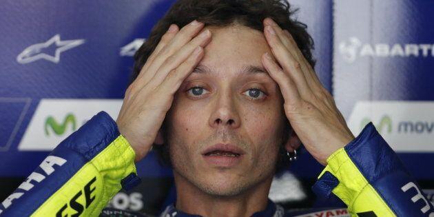Valentino Rossi cade dalla moto in allenamento e si frattura tibia e perone. Già operato, ma il Mondiale...