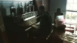 Quest'uomo è tornato nella sua casa devastata dall'uragano per dimostrare al figlio che il pianoforte suona