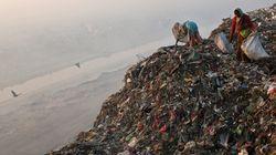 Crolla una montagna di spazzatura in India: due