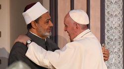 Papa Francesco in Egitto, abbraccio con il Grande Imam Al-Azhar: