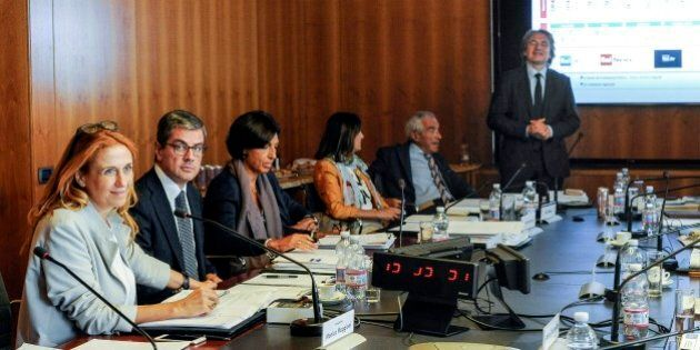 Rai, il cda approva il tetto agli stipendi a 240mila euro (con qualche eccezione) prima del ddl. Ma non...