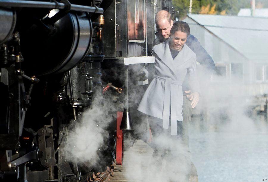 William e Kate costretti a scendere dal treno dove viaggiavano, camminano in bilico sopra un