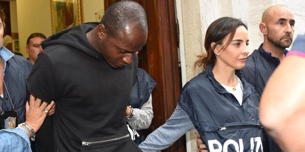 Un gruppo di agenti fuori dalla Questura di Rimini dopo l'arresto di Guerlin Butungu (D), 20 anni, congolese,...
