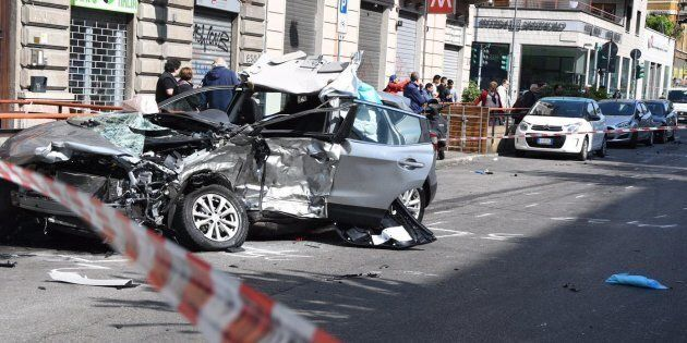 Il luogo dell'incidente avvenuto all'alba in viale Monza. Un automobilista di 55 anni � stato lasciato...