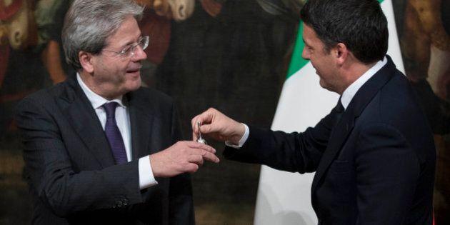 Matteo Renzi consegna la campanella a Paolo Gentiloni e regala una felpa di