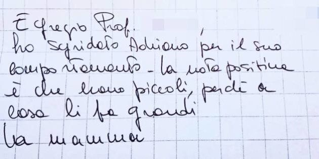 L'insegnante scrive una nota a un ragazzo disabile, la risposta della mamma è