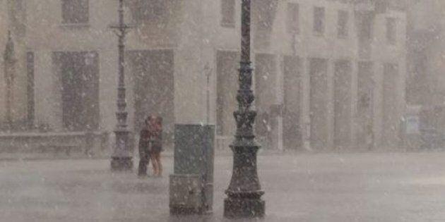Un fotografo li immortala mentre si baciano sotto il diluvio. Ma chi sono gli amanti di