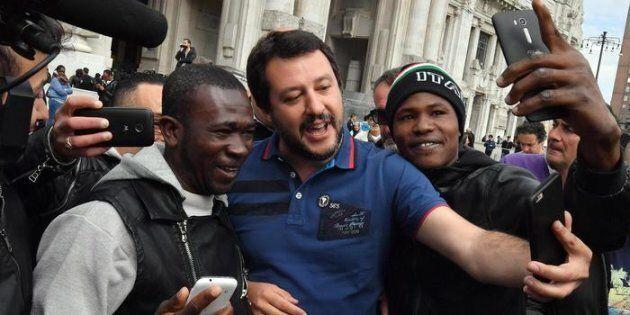 Il segretario federale della Lega Nord, Matteo Salvini, posa con alcuni migranti durante la diretta Facebook...