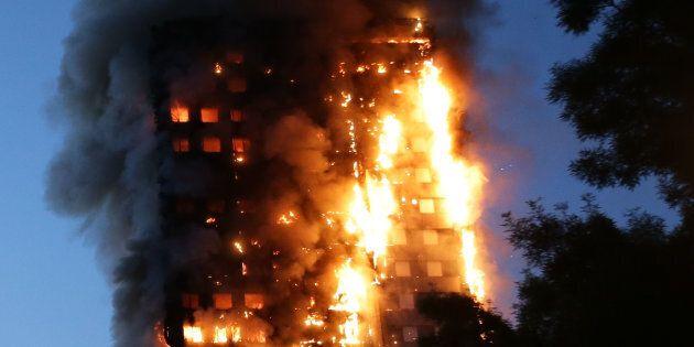 Il dramma dei sopravvissuti della Grenfell Tower: almeno 20 hanno tentato il suicidio dopo quella