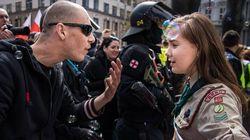 La foto di questa scout che affronta con il sorriso i neonazisti sta facendo il giro del