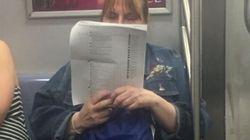 Stampa i post di Facebook e li legge in metropolitana: la foto vale più di mille