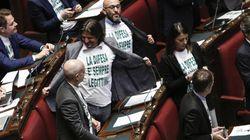 La Camera approva il ddl sulla legittima difesa, passa al Senato. Ma in Aula è bagarre: allontanato