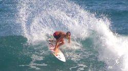 Il giovane surfista sfida le onde dell'uragano Irma e