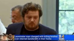 Uccide il fratello a coltellate perché gli rallentava la connessione a