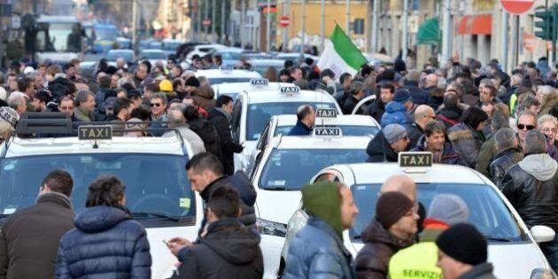 Scioperi a raffica per i trasporti: sabato camion, lunedì controllori di volo, giovedì tassisti vs