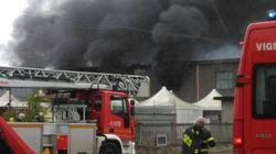 Nube nera sul torinese causata da un incendio in un'azienda di