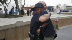 Nell'abbraccio tra il poliziotto e un bambino con la rosa, la bellezza dell'America non
