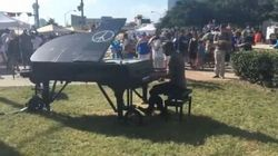 Le note di Imagine del pianista del Bataclan suonano a Dallas. Per dire basta a ogni