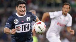Anche Maradona scende in campo per