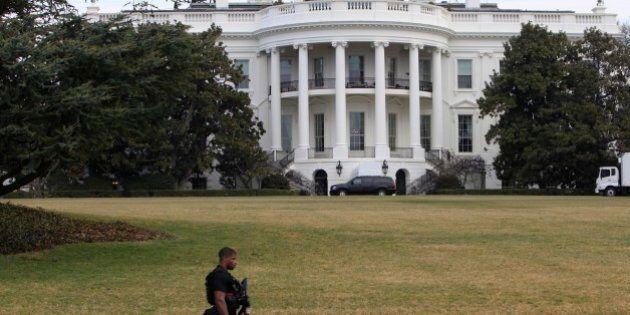 Casa Bianca, uomo si presenta a un posto di blocco sostenendo di avere con sé una bomba. Probabile falso