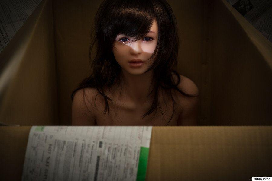 L'artista che fotografa le bambole del sesso per esplorare le emozioni