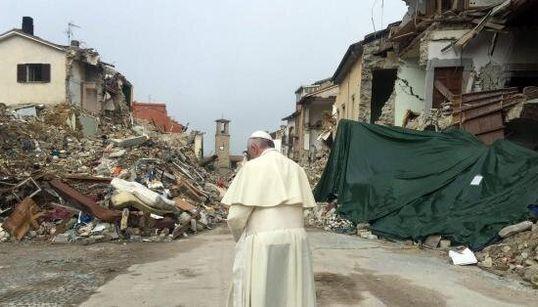 Capo chino difronte alle macerie di Amatrice: l'immagine del Papa è già
