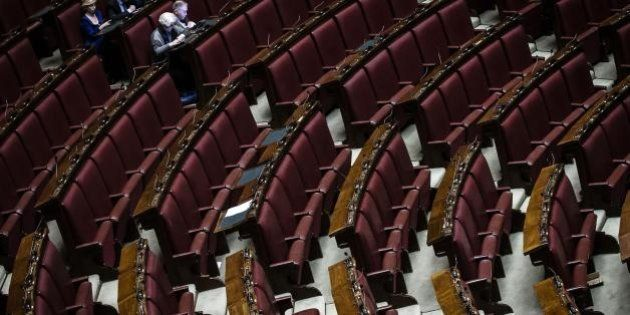 Camera, in aula ci sono più alunni della scolaresca in visita che